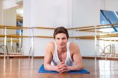 Le jeune homme que faire se reposent se lève dans le studio de forme physique photos stock