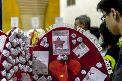 Le jeune homme regarde des écritures de condoléance pour défunt M. aimé Lee Kuan Yew un centre social Images libres de droits