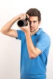 Le jeune homme regarde sideway un appareil-photo Images libres de droits