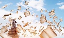 Le jeune homme s'asseyant sur des livres et ne veulent voir rien Photo libre de droits