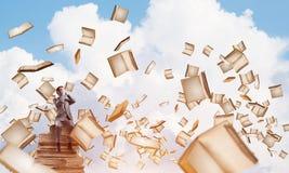 Le jeune homme s'asseyant sur des livres et ne veulent voir rien Photographie stock libre de droits
