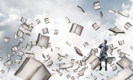 Le jeune homme s'asseyant sur des livres et ne veulent voir rien Photo stock