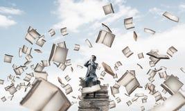 Le jeune homme s'asseyant sur des livres et ne veulent voir rien Images stock