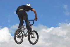 Le jeune homme sautant dans BMX photo libre de droits