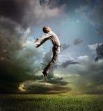 Le jeune homme sautant jusqu'au ciel Images libres de droits