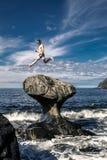 Le jeune homme saute sur la pierre, Kannesteinen, Norvège photographie stock libre de droits