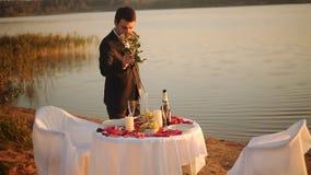 Le jeune homme se préparant à une date et décore la table