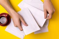 Le jeune homme signe les lettres et les colis Le concept de la prestation de service, le bureau de poste photos stock