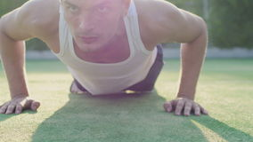 Le jeune homme sportif s'exerce sur le terrain de jeu dehors banque de vidéos