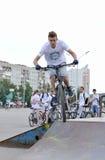 Le jeune homme sur des cascades d'une bicyclette Image stock