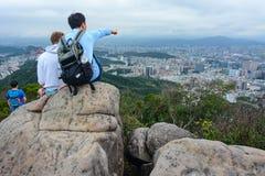 Le jeune homme taiwanais précisant les points de repère importants et l'histoire de Taïpeh pour un étranger studen Photos stock