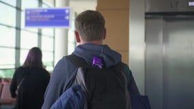 Le jeune homme tirant un sac, affaires activent, famille d'épine dorsale d'agence clips vidéos