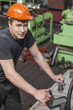 Le jeune homme travaillant à la vieille usine sur l'installation de l'equi image stock