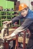 Le jeune homme travaillant à la vieille usine sur l'installation de l'equi photos stock