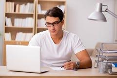 Le jeune homme travaillant dans le bureau Photos libres de droits