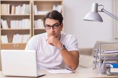 Le jeune homme travaillant dans le bureau Image libre de droits