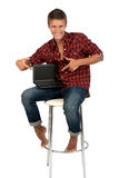 Le jeune homme travaille sur l'ordinateur portatif. photographie stock