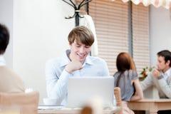 Le jeune homme travaille sur le PC Image libre de droits
