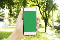 Le jeune homme utilise son téléphone portable pour prendre des photos de ses souvenirs images stock