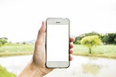 Le jeune homme utilise son téléphone portable pour prendre des photos de ses souvenirs photo stock