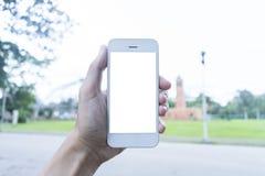 Le jeune homme utilise son téléphone portable pour prendre des photos de ses souvenirs photo libre de droits