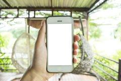 Le jeune homme utilise son téléphone portable pour prendre des photos de ses souvenirs photographie stock