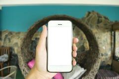 Le jeune homme utilise son téléphone portable pour prendre des photos de ses souvenirs images libres de droits