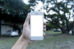 Le jeune homme utilise son téléphone portable pour prendre des photos de ses souvenirs et pour les voir à l'avenir photo stock
