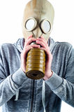 Le jeune homme utilise un masque de gaz Image stock