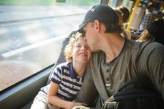 Le jeune homme va en l'autobus ainsi que le fils photos libres de droits