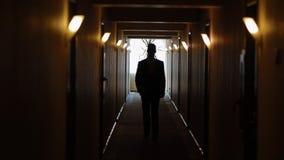Le jeune homme vont le long du couloir de te avec le bouquet banque de vidéos
