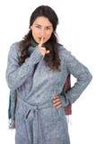 Le jeune joli modèle avec l'hiver vêtx garder le secret Photos stock