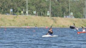 Le jeune kayaker est un chef clips vidéos