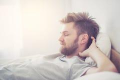 Le jeune mâle américain beau dormant dans le concept de soins de santé de lit à la maison - image stock