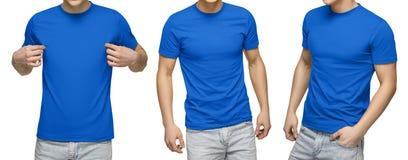 Le jeune mâle dans le T-shirt bleu vide, avant et vue arrière, a isolé le fond blanc Concevez le calibre et la maquette de T-shir photos libres de droits