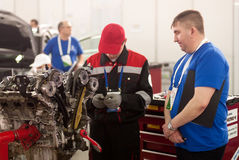 Le jeune mécanicien de voiture passe l'étape de concurrence Tyumen photos stock