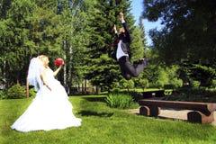 Le jeune marié vole pour rencontrer sa jeune mariée aimée Photographie stock