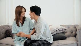 Le jeune mari était heureux son épouse enceinte Photo libre de droits