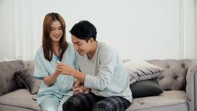 Le jeune mari était heureux son épouse enceinte Images libres de droits