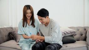 Le jeune mari était heureux son épouse enceinte Images stock
