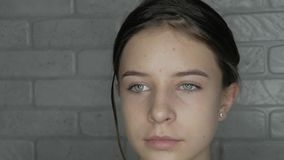 Le jeune modèle avec la beauté naturelle sont prêt au maquillage banque de vidéos