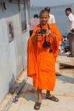 Le jeune moine de bouddhistes prend des photos Photos stock
