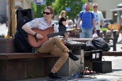 Le jeune musicien chante dans le jour de musique de rue Photo libre de droits