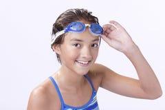 Le jeune nageur tient ses lunettes photos stock