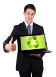 Le jeune ordinateur portatif de fixation d'homme d'affaires avec réutilisent le graphisme Photographie stock libre de droits