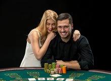 Le jeune ouple de  de Ñ jouant le tisonnier profitent d'un agréable moment dans le casino Photo stock