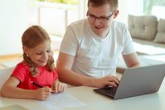 Le jeune père heureux ont l'amusement avec sa jolie fille pendant le travail images libres de droits