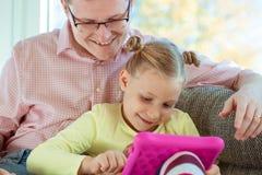 Le jeune père heureux ont l'amusement avec son esprit travaillant de petite fille photo libre de droits