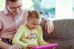 Le jeune père heureux ont l'amusement avec son esprit travaillant de petite fille images libres de droits