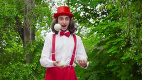 Le jeune pantomime jongle en parc banque de vidéos